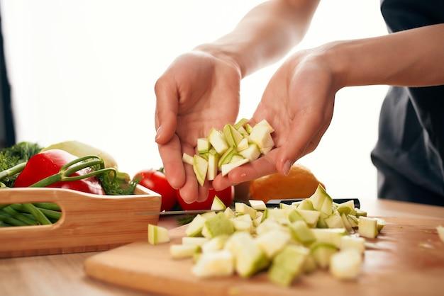 Het snijden van verse groenteningrediënten voor salade gezond voedsel in de keuken
