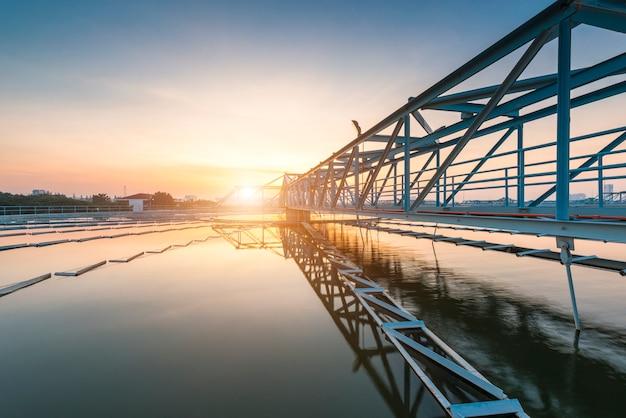 Het solid contact clarifier tank-type slibrecirculatieproces in waterzuiveringsinstallatie met zonsopgang