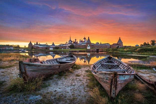 Het solovetsky-klooster en zijn weerspiegeling in het water van de baai