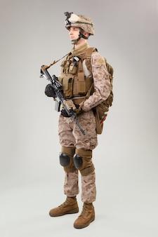 Het speciale operatiescommando van marine corps beveelt raider met wapen.