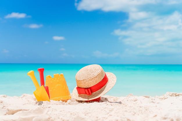 Het speelgoed van het strandjonge geitje op wit zandstrand
