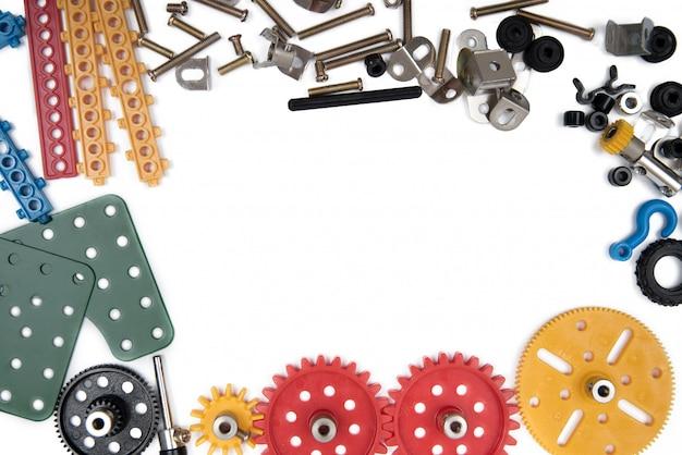 Het speelgoedhulpmiddelen van de jonge geitjesbouw, kleurrijke stuk speelgoed hulpmiddelen, bouw op witte achtergrond. bovenaanzicht
