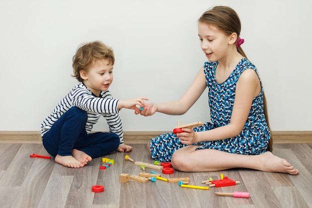 Het spelen van de jongen en van het meisje. blijf thuis concept, coronavirus covid-19 quarantaine