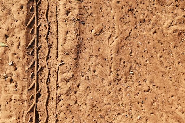 Het spoor van de band van veel voertuig op grond