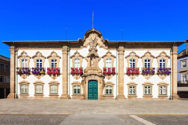 Het stadhuis van braga is een monumentaal gebouw in braga, portugal. daar bevindt zich de camara municipal, de lokale overheid van de stad.