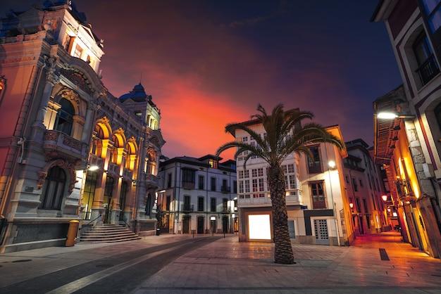 Het stadhuiszonsondergang van de llanesstad in asturias spanje