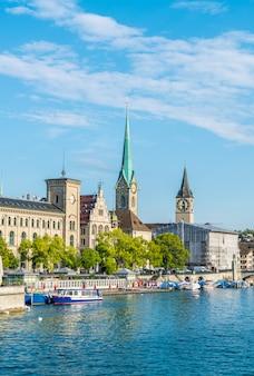 Het stadscentrum van Zürich met beroemde Fraumunster