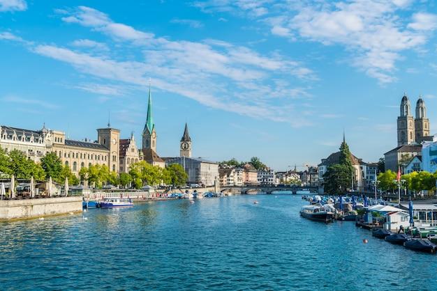 Het stadscentrum van zürich met de beroemde fraumunster- en grossmunster-kerken en de rivier de limmat