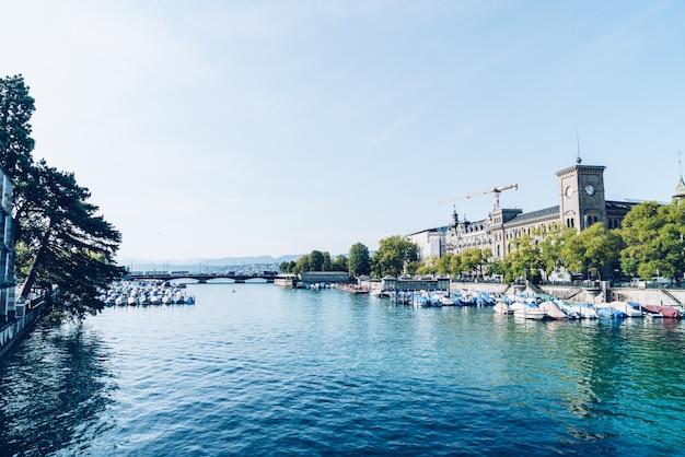 Het stadscentrum van zürich met de beroemde kerken fraumunster en grossmunster en de rivier de limmat Premium Foto