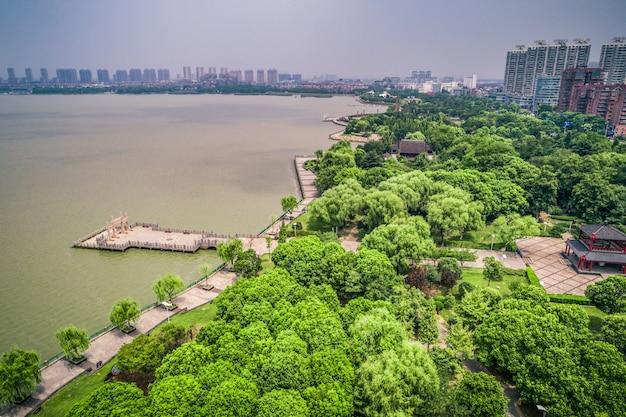 Het stadspark met meer