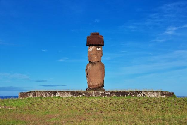 Het standbeeld moai in ahu tahai, paaseiland, chili