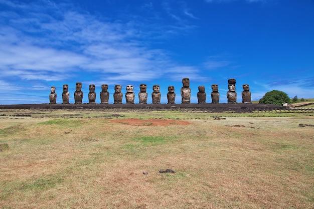 Het standbeeld moai in ahu tongariki op paaseiland van chili
