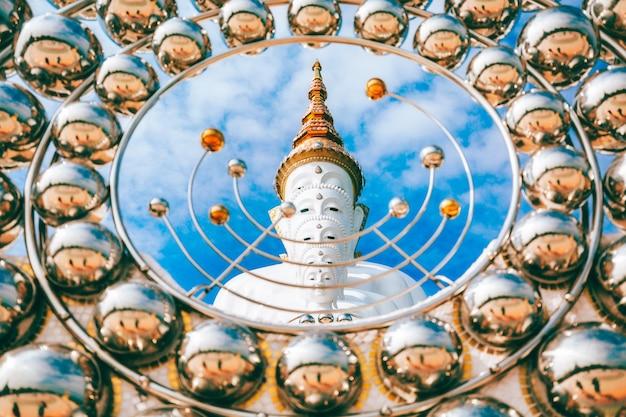Het standbeeld van boedha bij wat phra thart pha kaew-tempel