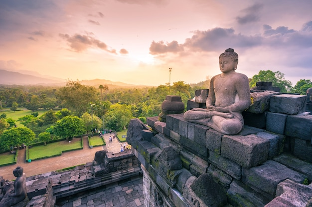 Het standbeeld van boedha in borobudur, boeddhistische tempel in yogyakarta, indonesië