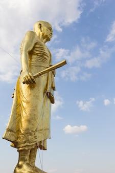 Het standbeeld van boedha in wat ban rai, de provincie van nakhon ratchasima, thailand