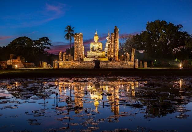 Het standbeeld van boedha in wat mahathat, de tempel van boedha, in het historische park van sukhothai, thailand