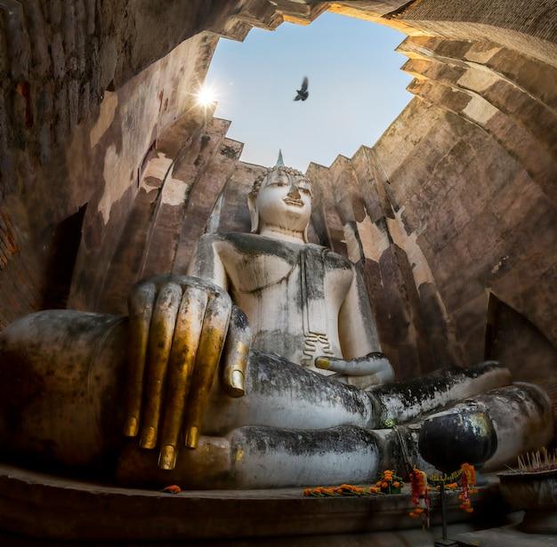 Het standbeeld van boedha in wat srichum-tempel in het historische park thailand van sukhothai