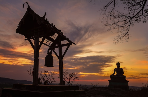 Het standbeeld van boedha in zonsondergang bij phrabuddhachay-tempel saraburi, thailand