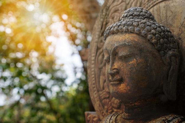 Het standbeeld van boedha van de rots met zonlicht dat voor amuletten van de godsdienst van het boeddhisme wordt gebruikt.