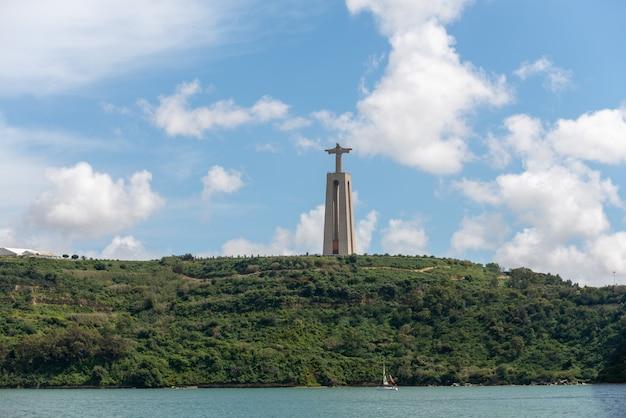 Het standbeeld van jezus christus in lissabon, portugal