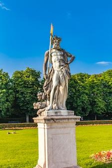 Het standbeeld van neptunus bij paleis nymphenburg in münchen