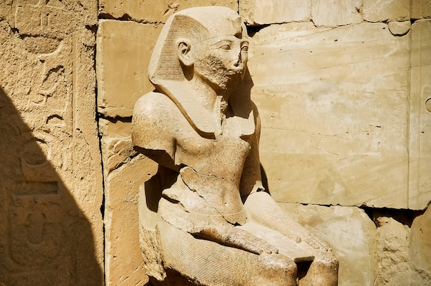 Het standbeeld van ramses in karnak-tempel, luxor, egypte
