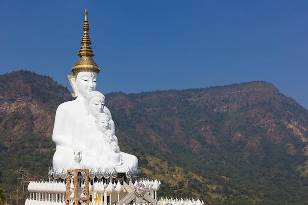 Het standbeeld van vijf boedha (wat phra dat pha kaew sorn) phetchabun, thailand
