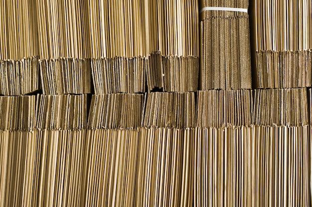 Het stapelen van gebruikte kartondoos voor recycling