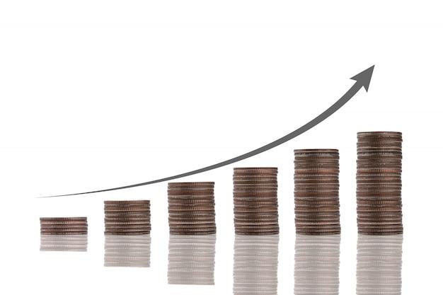 Het stapelen van het muntstuk met virtuele stijgingspijl op witte achtergrond. bedrijfsinvesteringen groei en winstverhoging concept.