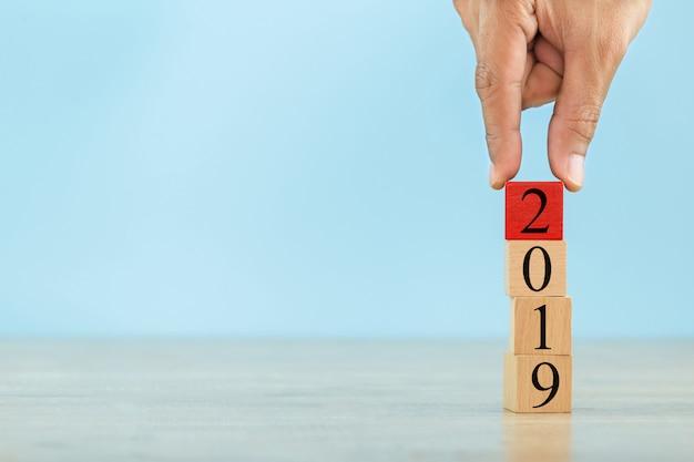 Het stapelen van houten blokken in stappen, concept 2019 van bedrijfs de groeisucces