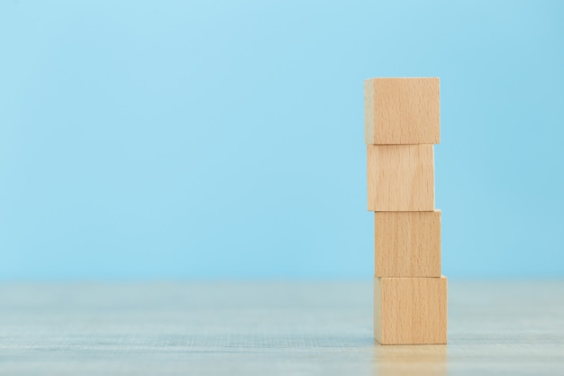 Het stapelen van houten blokken in stappen, concept bedrijfs de groeisucces