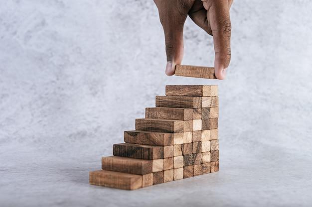Het stapelen van houten blokken loopt een risico bij het creëren van ideeën voor bedrijfsgroei.