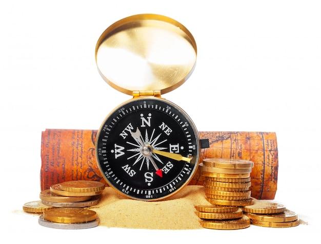 Het stapelen van muntstukken met kompas. geld - besparingsconcept