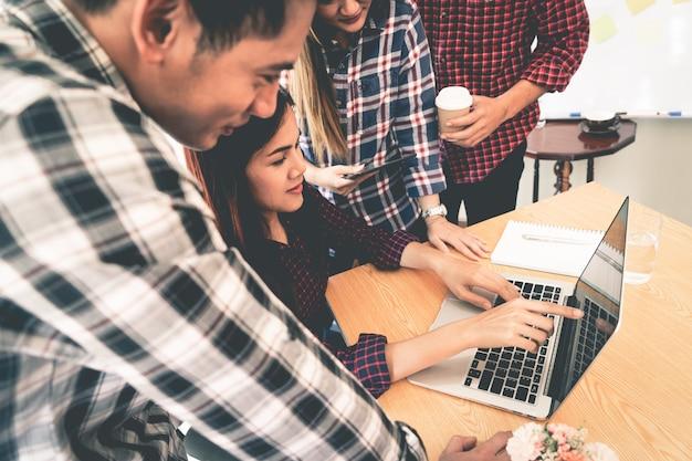 Het start commerciële team werkt samen besprekend op laptop