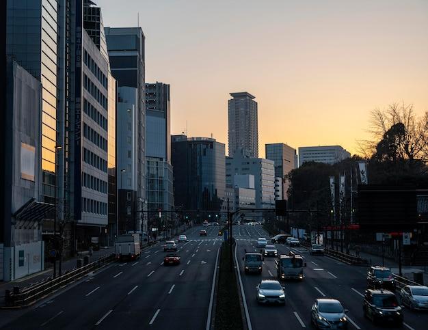 Het stedelijk landschap van japan bij zonsondergang