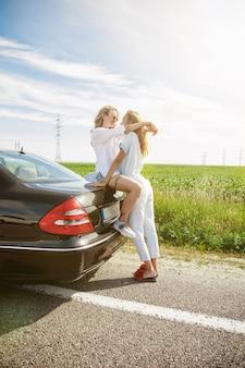 Het stel van de jonge lesbienne heeft de auto kapotgemaakt terwijl ze onderweg waren om uit te rusten