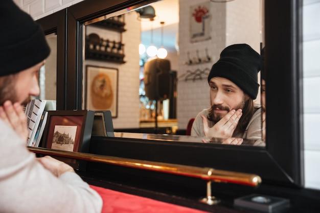 Het stellen van de jonge mens dichtbij de spiegel
