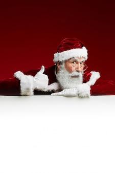 Het stellen van de kerstman met wit teken