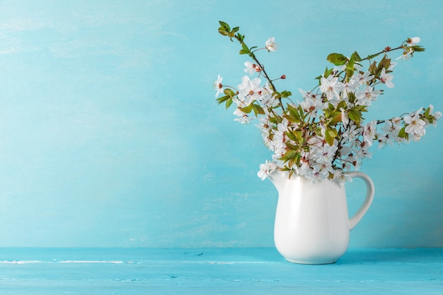 Het stilleven met een mooie bloesem van de de lentekers bloeit op blauwe houten lijst met exemplaarruimte