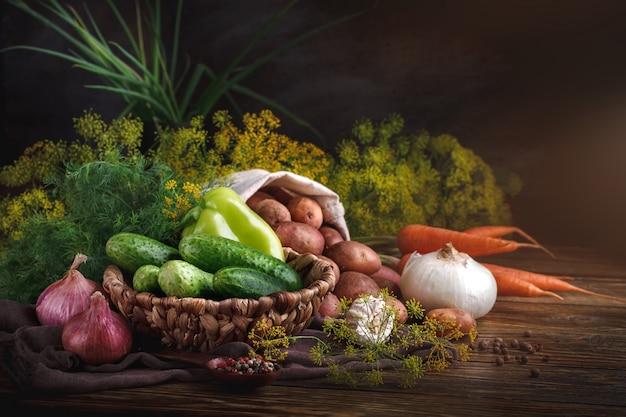 Het stilleven van de zomer van rijpe groenten en dille.