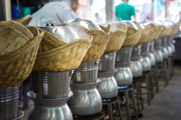Het stomen van glutineuze rijst in de markt, thailand.