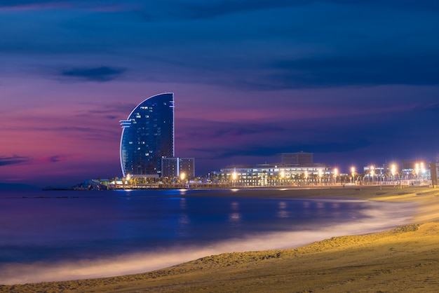 Het strand van barcelona in de zomernacht langs kust in barcelona, spanje.