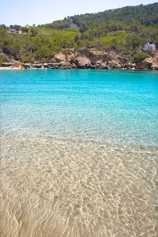 Het strand van cala benirras van ibiza in sant joan