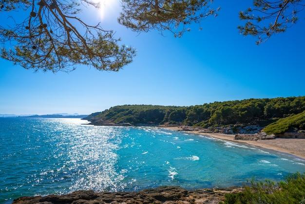 Het strand van cala de roca plana in tarragona