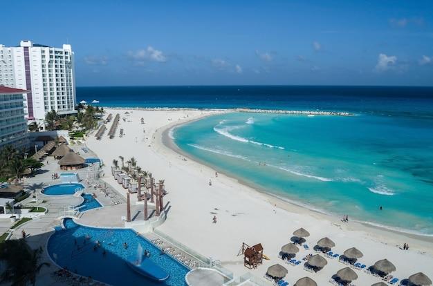 Het strand van cancun, mexico, caribisch gebied.
