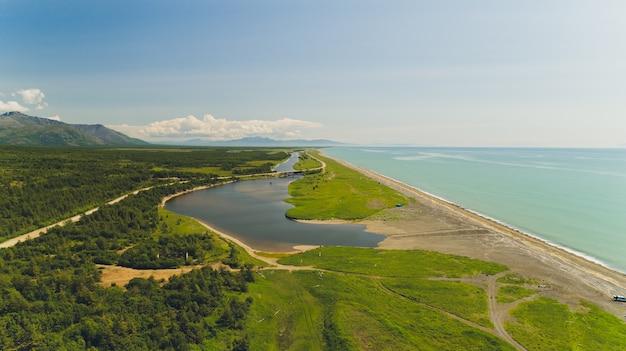 Het strand van de zee van okhotsk.