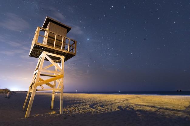 Het strand van el palmar onder een hemelhoogtepunt van sterren, in vejer de la frontera bij het gebied van cadiz, andalucia, spanje.