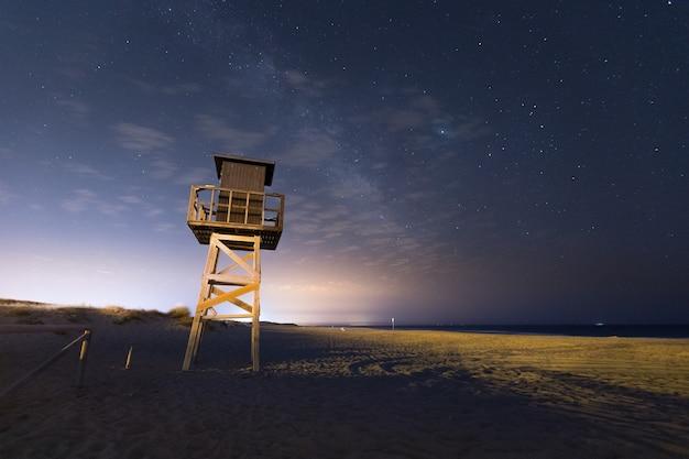 Het strand van gr palmar bij nacht in vejer de la frontera bij het gebied van cadiz, andalucia, spanje.