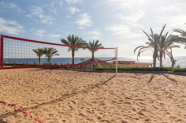 Het strand van het luxehotel, sharm el sheikh, egypte. uitzicht vanaf het volleybalveld