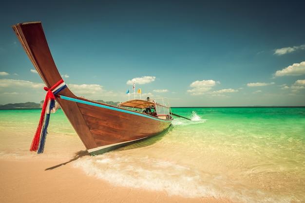 Het strand van het podaeiland en lange staartboten in krabi in thailand